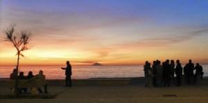 Vie sociale en Sicile, devant le Stromboli
